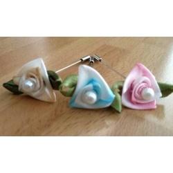 Alfiler flor tela con perla (precio unidad)