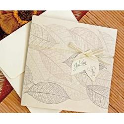 Invitación de boda original y barata con hojas y lazo blanco