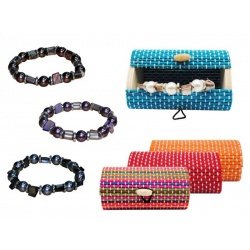 Pulsera de perlas de color y caja de madera