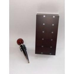 Tapón para vino color marrón en caja de madera