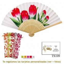 Abanico blanco con tulipanes rojos y bolsa de organdil con flores