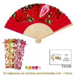 Abanico rojo con fresas rojas grandes y bolsa de organdil con flores