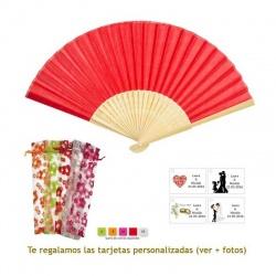 Abanico de bambú en color rojo en bolsa de organdil con flores
