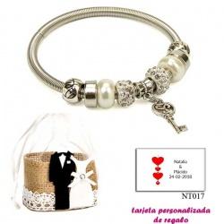 Pulsera con perlas, abalorios y brillantes y colgante con llave corazón