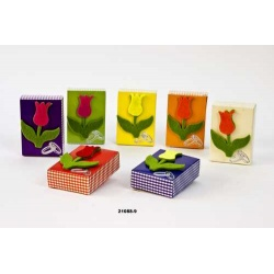 Caja de cartón con flor de fieltro y Jabón en su interior