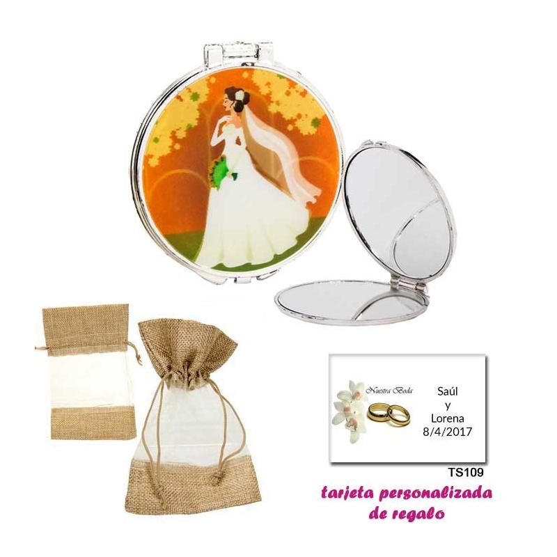 Espejo con una elegante novia con velo, con bolsa de saco marrón y tull, y tarjeta personalizada