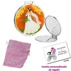 Espejo con una elegante novia con velo, con bolsa de saco rosa y tarjeta personalizada