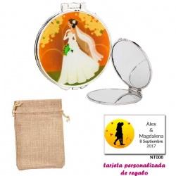Espejo con una elegante novia con velo, con bolsa de saco marrón y tarjeta personalizada