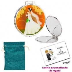Espejo con una elegante novia con velo, con bolsa de saco azul y tarjeta personalizada