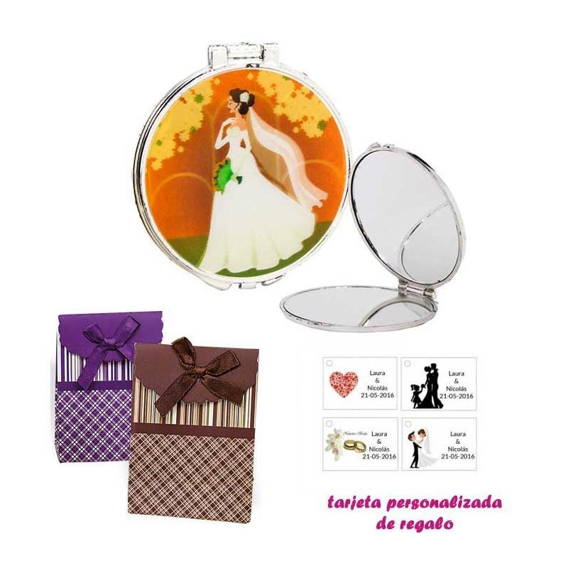 Espejo con una elegante novia con velo, con caja de rayas con lazo y tarjeta personalizada