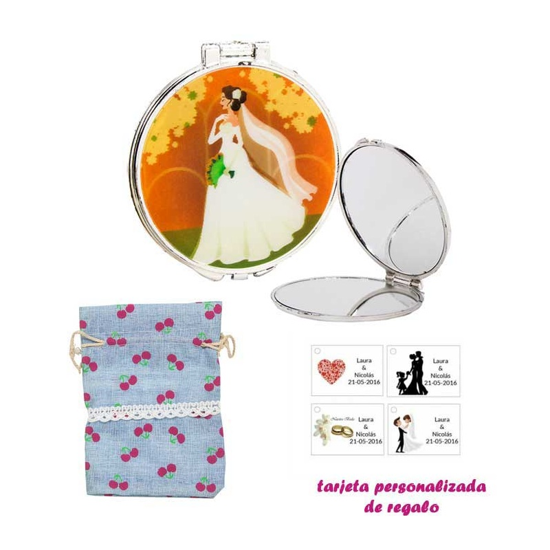 Espejo con una elegante novia con velo, con bolsa de saco azul celeste estampada y tarjeta personalizada