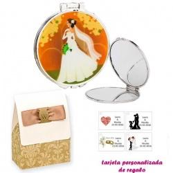 Espejo con una elegante novia con velo, con caja de elgante estampado marrón y blanco, y tarjeta personalizada