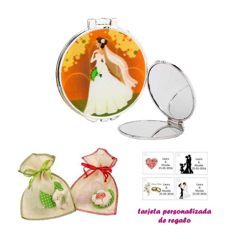 Espejo con una elegante novia con velo, con bolsa de saco en crudo y detalles de colores, y tarjeta personalizada