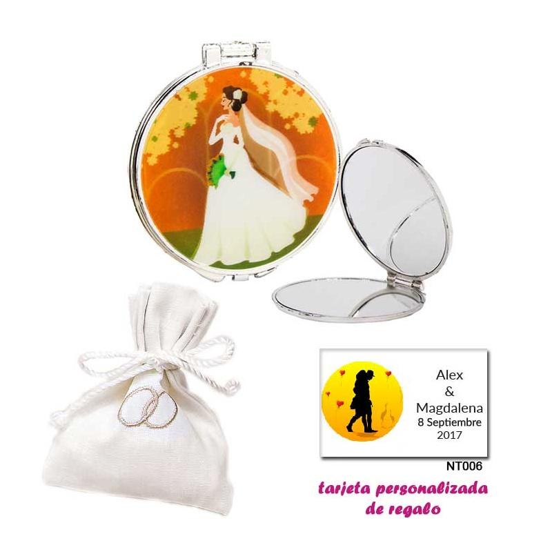 Espejo con una elegante novia con velo, con bolsita blanca elegante con alianzas bordadas, y tarjeta personalizada