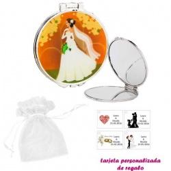 Espejo con una elegante novia con velo, con bolsa blanca de organza, y tarjeta personalizada
