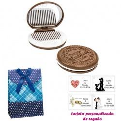 Espejo Galleta Oreo con peine blanco y con caja de flores y lazo azul, y tarjeta personalizada