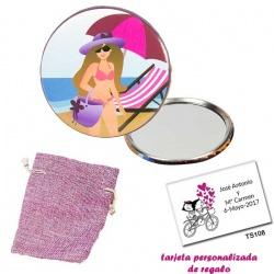 Espejo de Chapa con chica en la Playa, con bolsa de saco rosa y tarjeta personalizada