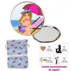 Espejo de Chapa con chica en la Playa, con bolsa de saco azul celeste estampada y tarjeta personalizada