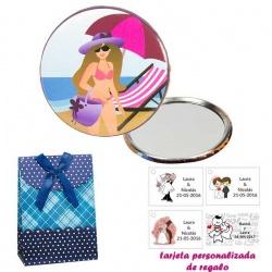 Espejo de Chapa con chica en la Playa, con caja de flores y lazo azul, y tarjeta personalizada
