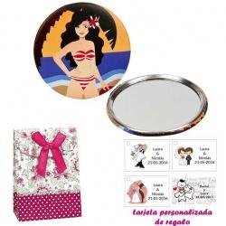 Espejo de Chapa con chica en la Playa, con caja de flores y lazo fucsia, y tarjeta personalizada