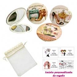 Espejos vintage con zapatos de tacón y bonitos dibujos, con bolsa de organza con flores en el filo de color beige, y tarjeta per